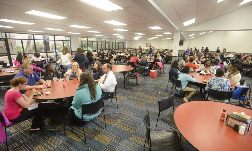 Students and families eating and socializing with orientation leaders