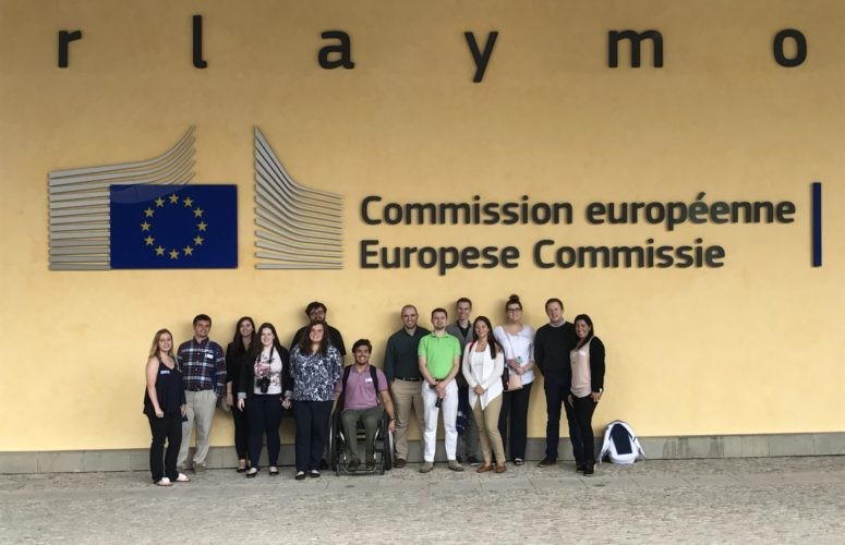 Students standing in front of Commission Europeenne Europese Commissie